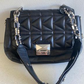 Sælger denne super fede taske fra Karl Lagerfeld   Den er brugt, men fejler intet  Dust bag medfølger🌸