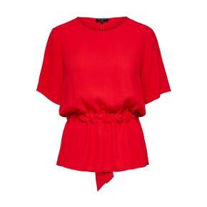 Så fin rød top fra Selected Femme. Fremstår som ny - kun brugt et par gange.  Tjek mine andre annoncer - giver selvfølgelig mængerabat ☀️