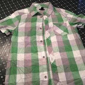 Brand: H og MVaretype: Skjorte Farve: Se billede Prisen angivet er inklusiv forsendelse.  Ny skjorte.   Fra røgfrit hjem.  BYD.....