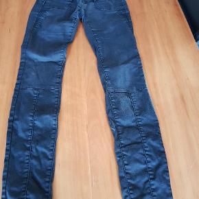 Varetype: Bukser Størrelse: 26 Farve: Sort  Et par super smarte bukser som desværre er købt en smule for små herinde og derfor sælges de igen