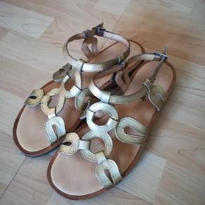 Varetype: Sandaler Størrelse: 39.5 Farve: Guld  Det står str. 39.5, men kan også passe str. 40. Mp. 200kr. Plus porto og ts gebyr. Handler gerne med mobilepay.