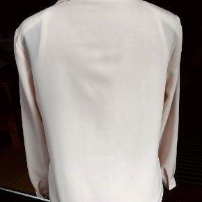 Smuk rosa bluse fra engelske 'WHIMSY' - str. 38/GB12 100% polyester Brystvidde: 51 cm x 2 - ærmelængde: 56 cm - længde: 60 cm Superflot sammen med slå-om bukserne fra PAUL & JOE, som sælges på anden annonce Blusen er i super stand - SOM NY :-)