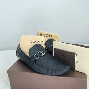 LV loafers købt i butikken i København til 3600,-  Boks, kvittering og poser til skoene medfølger. Størrelsen er 44,5 men passer en 45-45,5. Standen er næsten som nu, uden fejl og mangler.  Mindsteprisen er 1500 og køb nu er 2000.