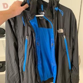 north face regnjakke har ikke rigtig brugt den særlig meget, hvilket også er grunden til salg jeg er selv 183 og den fitter mig som den skal
