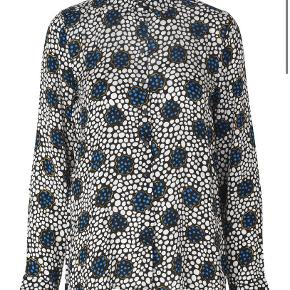 Fin skjorte fra Storm & Marie i str. 34. Brugt 1 og vasket 1 gang. Forholdsvis stor i størrelsen, så den passer også en S/ 36. Materiale: 100 % viskose. Nypris 800,-