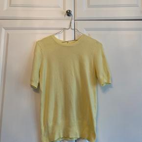 Lyse gul strik tshirt  Sidder virkelig flot og er superblød