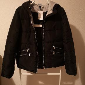 Fin vatteret jakke. Har aldrig været brugt og stadigvæk med mærke. Populær dynejakke med hætte.