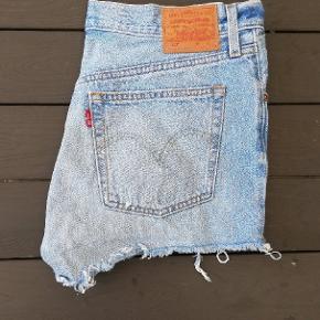 Shorts fra Levi's i model 501, str. W30 i flot stand. Brugt højest få gange.   Jeg har flere flotte jeans og shorts fra Levi's og Diesel til salg.  30 Levis shorts 501 Levi's W30 blå