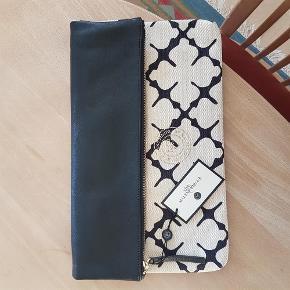 Brand: Malene by Birger Varetype: clutch Størrelse: 24 x 39 cm. Farve: sort/creme Oprindelig købspris: 1499 kr. Prisen angivet er inklusiv forsendelse.  Lækker clutch fra BMB i det kendte mønster - ubrugt og stadig med tags.