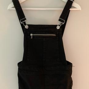 Lækker overalls fra H&M brugt 3 gange   Har fine detaljer med fx lynlås ved benene. Har stræk og selerne kan justeres   Handler ts og mobilepay