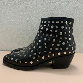 Fedeste rå sorte skindstøvler med sølv nitter. De er brugt en enkelt gang. Er helt som nye og ingen tegn på slid.  Fejlkøb.  Kan ses / afhentes i Gentofte ellers sender jeg med DAO