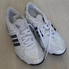 Varetype: Adidas sko - helt nye. ST 36,5 Størrelse: 36.5 Farve: Hvide Oprindelig købspris: 550 kr.  Skoene er nye men har ligget i noget tid, så der er kommet en mindre misfarvning. Vurder selv. prismærket 550 kroner.