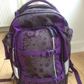 Lilla grå sort skole taske rygsæk, masser af gode rum, ryg tilpasning , mærket Satch brugt 2 år. Nypris 899kr Pæn stand Byd