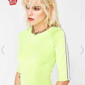 Neon lime bodysuit fra Dollskill med hvide striber på ærmerne  ❌ læs min shop beskrivelse ❌
