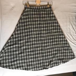 Smuk nederdel fra Mango. Købt i Barcelona og brugt en gang.