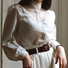 Sælger denne smukke vintage skjorte med de fineste lace-detaljer. Ingen størrelseslabel i, men den vil passe en str. S/36. Pris: 500kr afhentet eller plus porto.