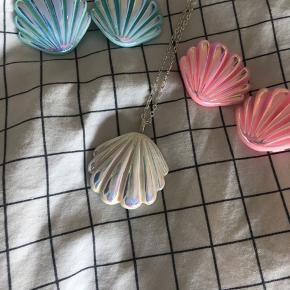 Helt fantastiske muslinge hårspænder og halskæde sælges i de fineste pastelfarver. Haves i farvenuancerne lyserød, lilla, grøn og blå. Et styk koster 80kr eller to styk koster 150kr afhentet eller plus 33kr i DAO porto. Prisen er fast, hvorfor bud herunder frabedes. / 1 lyserød solgt, 1 blå solgt, 1 grøn solgt