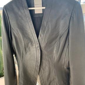 Super fin læderjakke fra BENEDIKTE UTZON i str XL. Aldrig brugt. BYD! (: