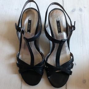 Flotte Ecco sandaler i læder med bløde behagelige gummisåler. Str 39. Brugt få gange - meget få spor efter brug. Hælhøjde  7 cm. Meget behagelige at gå i.