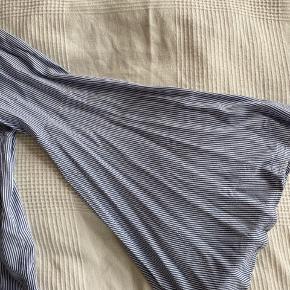 Let bluse fra Jacqueline de Young i blå og hvide striber. Flot detalje med brede ærmer.  Byd gerne!