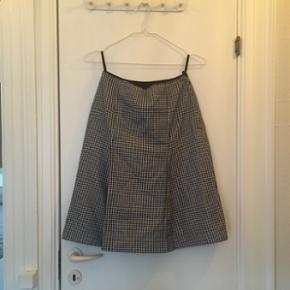 Luksus vintage uld-nederdel i klassisk feminint 50'er snit. Virkelig god kvalitet  - har pressefolder foran, lynlås bagpå og underskørt.