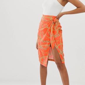 Smuk orange nederdel med kædeprint ala Hermés.   Er som ny!
