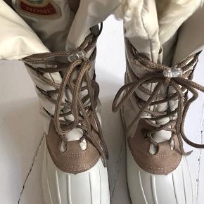 Nye vinter støvler i str. 37 med dejligt varmt foer. Ny pris 1999kr