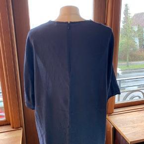 Blå silkebluse fra Malene Birger.