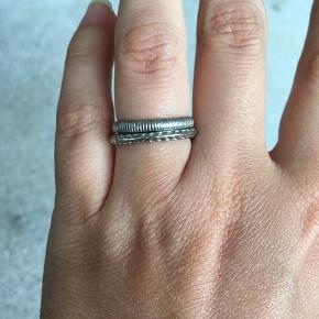 To små søde ringe i str 52. Få en gratis med ved køb af andre af mine ringe.  Måler ca. 1.7cm i indre diameter, er du i tvivl om den passer så mål den indre diameter på en ring du i forvejen kan passe ☺️