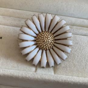 Den gamle model med ægte porcelæn. Forgyldt sølv. H/B 3,3x3,3 cm