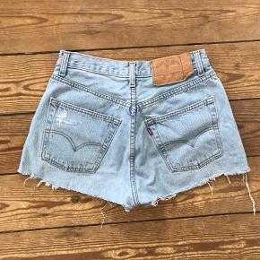 Lyseblå denim levi's shorts. Kan ikke se str. deri, men er selv medium og passer dem desværre ikke selv længere. Tænker de vil passe en str. small - se mål på billederne