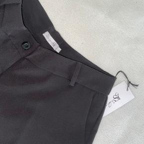 Helt nye ubrugte bukser med prismærke på, kun prøvet på. Størrelse L, flare bukser med kort længde  BYD gerne!