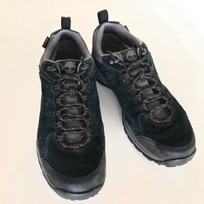 TIMBERLAND sko.   De bedste sorte sko, som du kan bruge på arbejde, gå- eller vandreturen samt i din fritid.   Med GORETEX - sublimt til dansk klima!  Str. 43,5 / Købt fra ny / Meget få brugsspor