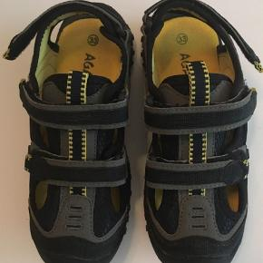 Brand: Agaxy Varetype: Sandaler Farve: Grå,Sort  Rigtig fin lukket sandal med 3 velcrospænder - den ene i hælen.