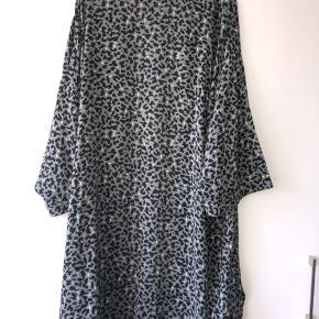 Leopard print støvet grøn med sort og hvid mønster. Slidser i siderne, åbenstående model. Super fin.  Bytter ikke..