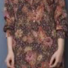 Sååå fin og skøn en kjole. Aldrig brugt. Silke og falder så flot.