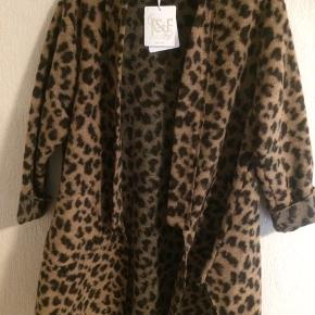 Leopard Jakke/trøje i mærket Made in Italy. Købt hos Zancasonne men er aldrig kommet i brug Brystmålet er 72 cm og længden 100 cm