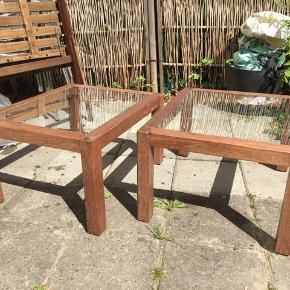 To små træborde med glaspladerne. Kan bruges samlet som sofabord eller som sideborde. Højde 33cm, bredde 49cm, længde 60 cm. **NY PRIS** prisen er for begge borde
