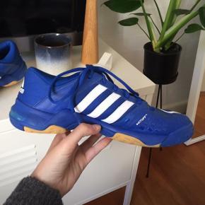 Blå Adidas sko. Aldrig brugt. Nypris 800kr. Pris 300kr