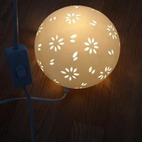 Sælger denne flotte og elegante keramik væglampe, da jeg har købt en gulvlampe i stedet. Den vejer ikke meget og er idéel som læselampe. Sælges uden pære.