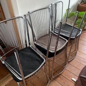 Skal afhentes i aften.  Så fine stole. 6 stk. sælges kun da vores nye bord krævede nogle andre stole.  Mp 700, men kom gerne med bud⛄️