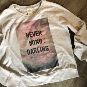 Lysegrå/beige meleret sweatshirt med rosenprint - small   Joggingbukser i mørkegrå med A&F logo på låret sælges for kr 10