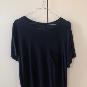 Jeg sælger denne mørkeblå t-shirt fra Abercrombie & Fitch.  Det er en str. L, men kan også sagtens passes af en M.  Den er i det blødeste stof!  Byd gerne.