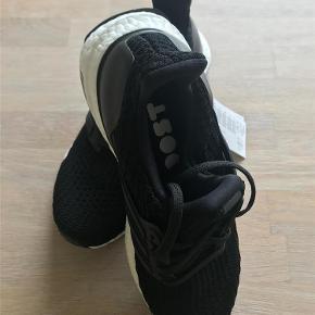 Varetype: sneakers Farve: Sort Oprindelig købspris: 1200 kr.  Ultra BOOST aldrig brugt.