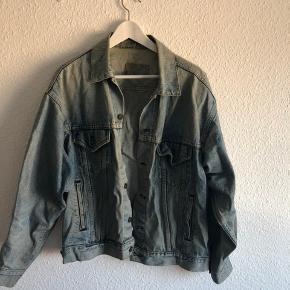 Rigtig flot Levi's jakke til mænd. Den har været godt brugt, og farven på stoffet er derfor falmet lidt, men dette bidrager bare til jakkens udtryk 😊