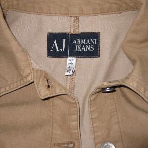 Armani jeans - fed casual jakke i lys brun str. er Italiensk 46 - svarer til 42 måler 53 cm over bryst og længden er 57 cm der er stretch i stoffet ..