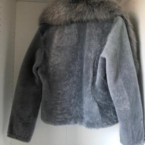 Sælger denne smukke jakke grundet forkert størrelse. Helt ny og ubrugt med prisskilt i. Størrelse XS/S.  Nypris for jakken alene er 4500 kr. Nypris for pelskraven er 999 kr.   Materiale : 100% Lammeskind og lammepels, 100% Premium Blåræv