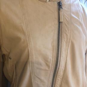 Flot kort jakke fra Day i lammeskind og bomuld står str l i den men den er lille i str