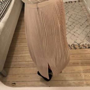 Plisseret nederdel med slids fra & Other Stories, str. 36. Brugt få gange. #30dayssellout