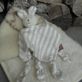 Sød lille sove'bamse' syet af uld og øko-tekstil
